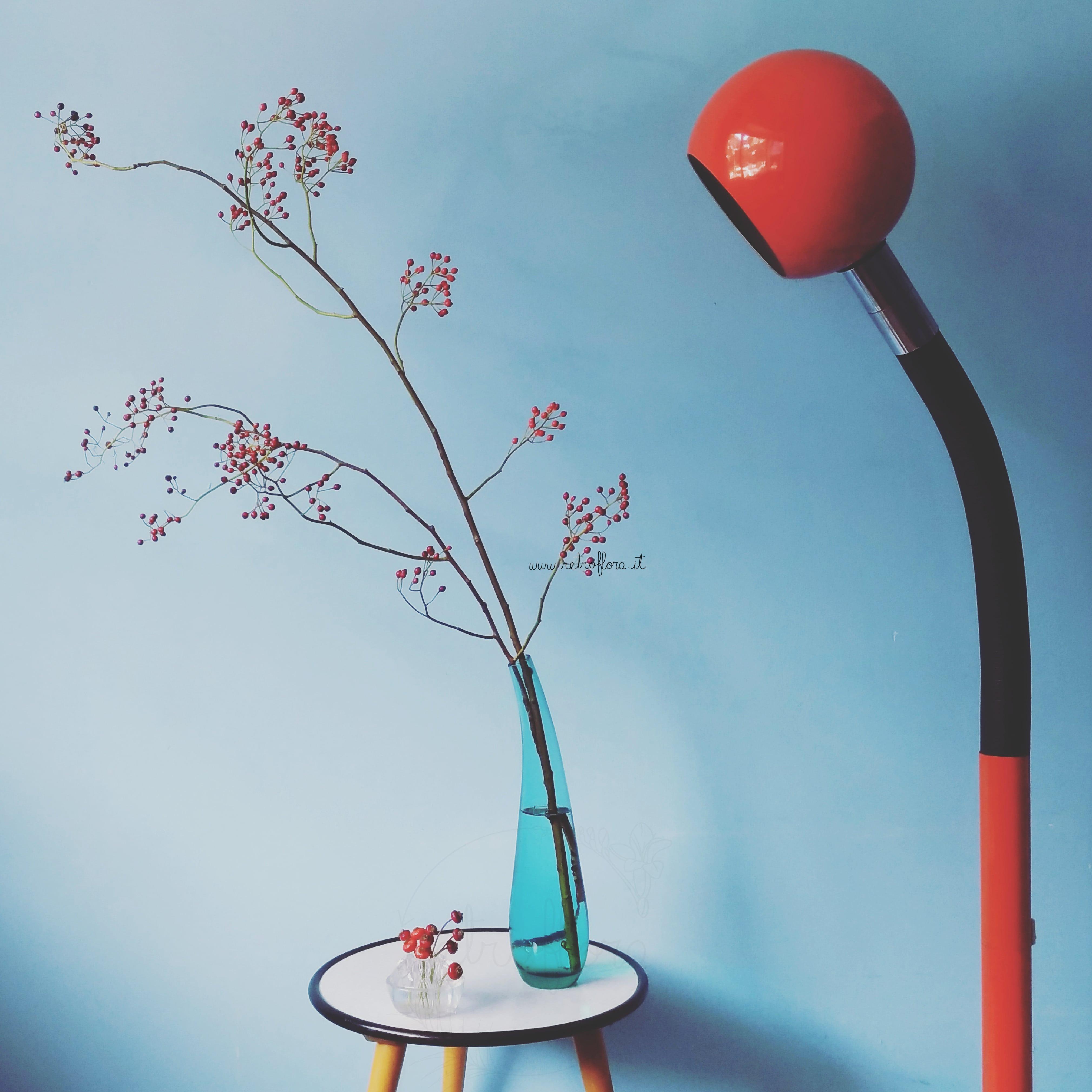 Fiori e Design, Arredare con i Fiori, bacche di rosa, flower frog, vintage plant stand, lampada vintage